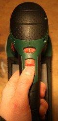 Der Bosch PEX 300 AE wurde von oben fotografiert. Man sieht den Drehzahlregler und den An- und Ausschalter.