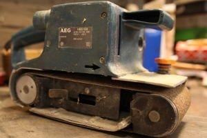 Der blaue Bandschleifer von AEG etwas älter, jedoch noch super in Form.