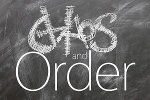 Chaos and Order stehen auf einer Tafel.