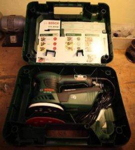 Was in dem Koffer ist. Der Exzenterschleifer PEX 300 AE im unteren Teil. Im oberen Teil sind die Beschreibungen über das Gerät und Allgemeine.