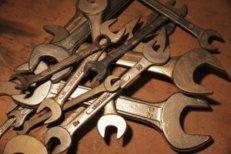Schraubenschlüssel auf einem Haufen liegend und in unterschiedlichen Variationen. Sie liegen kreuz und quer herum.