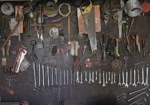Zu sehen ist eine Werkzeugwand, auf der Schraubenschlüssel, Sägen, Zangen und vielem mehr. Die Werkzeugwand ist nicht sehr professionel aufgebaut, doch erfüllt ihren Zweck.
