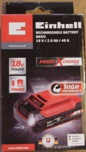 Die zugelieferte Box in der sich der Power X-Change Plus Lithiumion 18V, 2.6Ah Akku von Einhell befindet, ist klein und kann in einer Hand getragen werden. Auf dem Karton ist der Akku abgebildet. Er ist wie die Box in den Farben Schwarz und Rot gehalten.