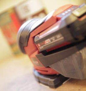 Der TE-OS 18-1 Li in den Farben Rot und Schwarz von der Seite fotografiert.