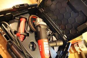 Das Foto zeigt das innere eines Koffers. In dem schwarz ausgestatten Koffer, befinden sich die Maschine Die Flex LE 14-11 125 und das Umbauzubehör, für den Fließenschneider, Winkelschleifer und Betonschleifer.