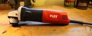 Die Flex LE 14-11 125 Kombinationsmaschine. Sie hat keine Aufsatz drauf. Die Farben sind Rot, Schwarz und Silber.
