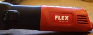 Ein Gehäuse welches sich in den Farben rot und schwarz darstellt. Der Firmennamen stht in weißen Buchstaben auf dem hinteren Teil des Produktes