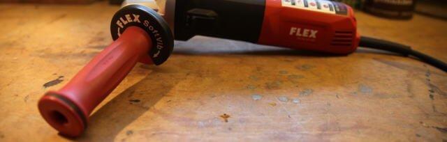 Der SoftVib-Handgriff an der Maschine angebracht. Die Farben schwarz und rot symbolisieren das Unternehmen Flex.