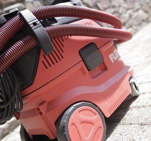 Der Industrisauger von Flex ist schräg fotografiert worden. Die typischen Farben des Unternehmens Flex kommen zur Geltung.