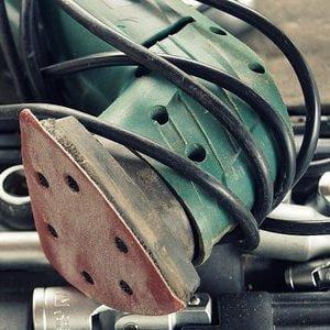 Ein Deltaschleifer der Firma Bosch der Farbe grün, gerade in der Benutzung gewesen.